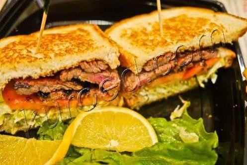 Сендвич со стейком и овощами