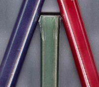 Plakvelours  Zelfklevend velours.  Ideaal voor het beplakken van dozen, kistjes,   laden en andere toepassingen  Per rol 45 cm. breed en 1 meter lang.  Leverbaar in felrood, groen, zwart, donkerblauw en donkerrood.