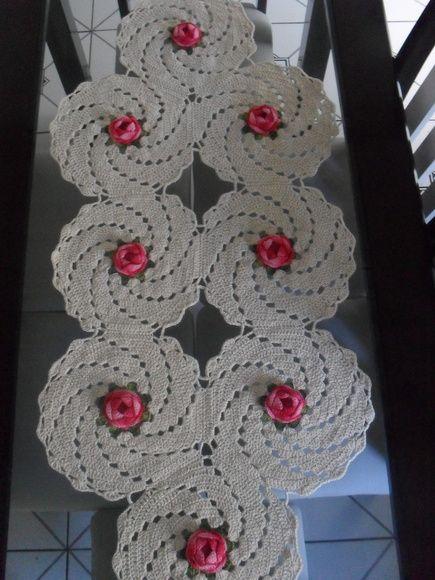 toalha de mesa confeccionada em barbante nº4 e fios de barbante duna, para rosas. R$ 85,00