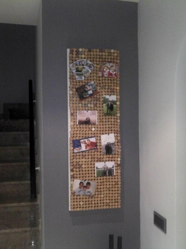 Un tablero de tapones de corcho para foto en el recibidor de Jacordon : x4duros.com