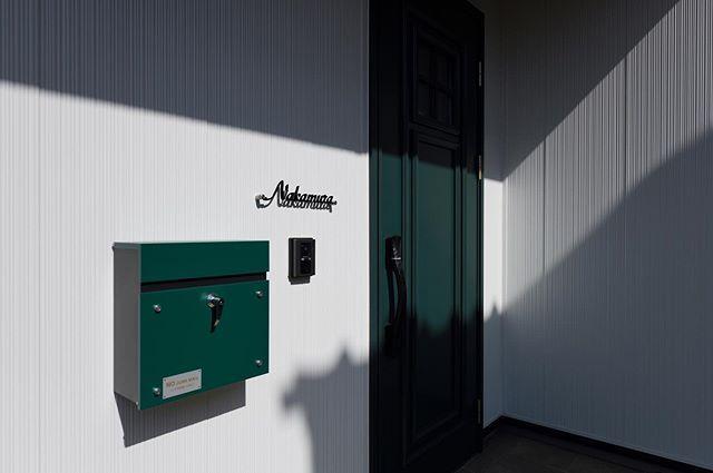 ㅤ ドアとポストの色を合わせて統一感のある玄関 ㅤ ホワイトのガルバリウムの外壁にシックなㅤ ダークグリーンのドアとポストが新鮮な組み合わせ ㅤ 色を使って個性を出したいけど明るい色はㅤ 勇気が出ないという方にもㅤ ダークグリーンはもってこいですよ ㅤ 玄関