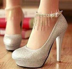 hermosas zapatillas color plata con brillo