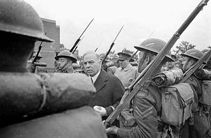 Prime minister of Canada William Lyon Mckensy King inspect le régiment de la Chaudière circa 1942.