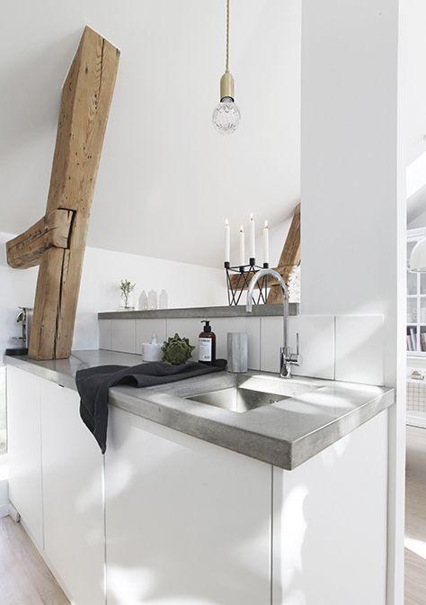 Plan de travail en béton dans cuisine scandinave. Découvrez 71 photos de plan de travail de cuisine ici : http://www.homelisty.com/plan-de-travail-cuisine-en-71-photos-idees-inspirations-conseils/ #cuisine #plandetravail