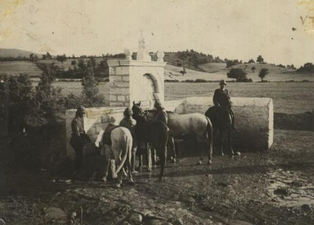 Çanakkalede atlarına su veren süvarilerimiz  http://kpssdelisi.com/question/18-mart-canakkale-zaferi/