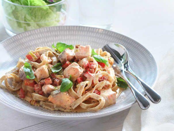 Lax, dragon, vitt vin och paprika tillsammans med mycket annat gott i en krämig sås till pasta. SmartPoints per portion: 7