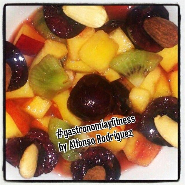 Frutas con su punto crujiente, delicioso y Saludable! Cerezas, Kiwi, Nectarina (Melocotón), Naranja,Almendras tostadas y varios ingredientes básicos!  Delicious and Healthy! Cherries, Kiwi, Peach, Orange, Almonds and some ingredients more!