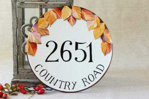 Targa numero civico e indirizzo con foglie autunnali. Targa rotonda per esterno in porcellana dipinta a mano.