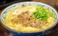丸亀製麺の季節限定肉たまあんかけうどん食べてきました  とろみのついたあんかけと おろししょうがであったまる   冬の間にまた何度も食べたい
