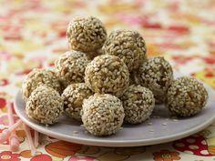 Energiekugeln mit Datteln - Kindersnack (7–9 Jahre) - smarter - Kalorien: 230 Kcal - Zeit: 30 Min. | eatsmarter.de Diese kleinen Kugeln liefern dank Datteln jede Menge Energie.