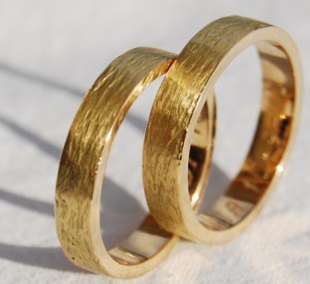 Alianzas de boda realizadas a mano.
