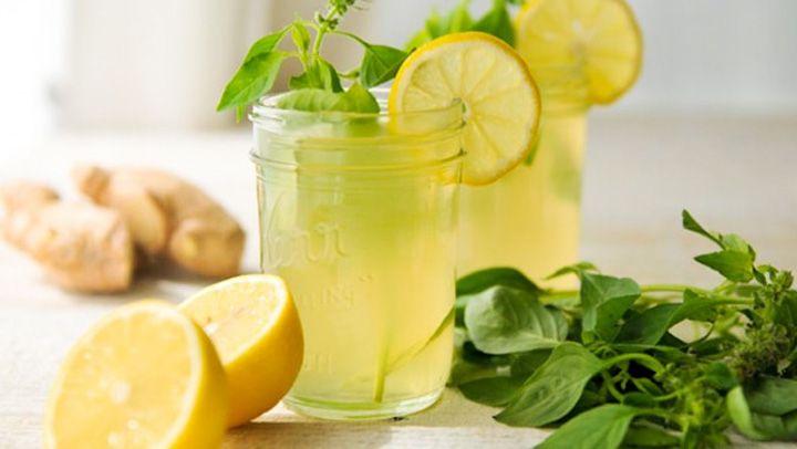 Tanto el jengibre como el limón son dos ingredientes que se han hecho un gran nombre en la medicina natural. Ambos están repletos de vitaminas y minerales que contribuyen a mejorar mucho nuestra salud. Por un lado, el jengibre tiene propiedades antinflamatorias y tiene efectos termogénico. Este último promueve la quema de grasa y acelera …