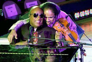 Stevie Wonder junto al violinista indio Subramaniam