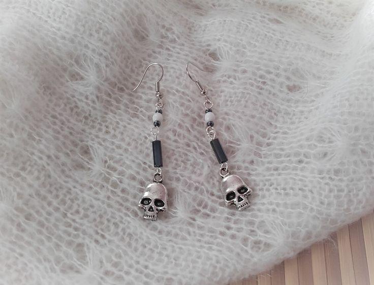 """Boucles d'oreilles argentées tête de mort, perles blanches et gris """"hématite"""" : Boucles d'oreille par lalaith"""