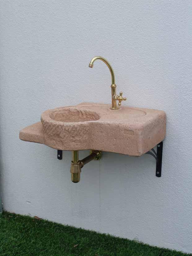 Acquaio pettirosso costituito da una miscela di componenti grazie ai quali è possibile ottenere un risultato simile alla pietra naturale