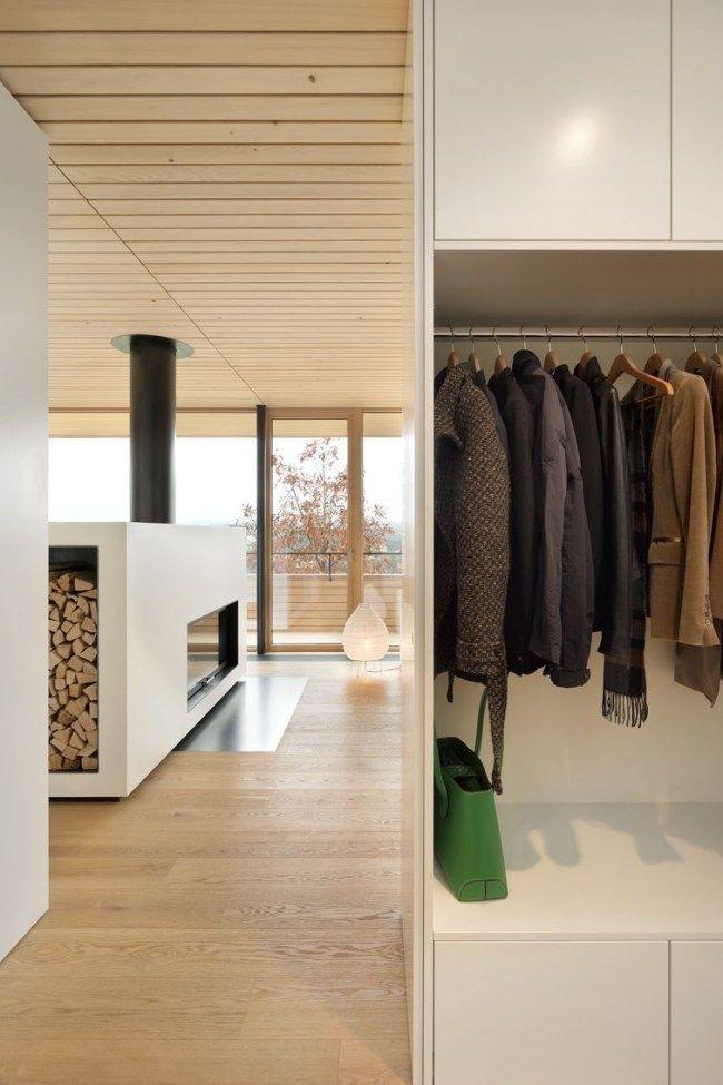 Moderne Holzdecken Wohnzimmer moderne kche mit mittelblock in weiss unter holzdecke in schlichtem Einfamilienhaus Holzfuboden Holzdecke Flur Garderobe