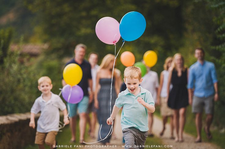 Family photography at agriturismo villa il castellaccio with colors balloon. Lot of fun of the kids!
