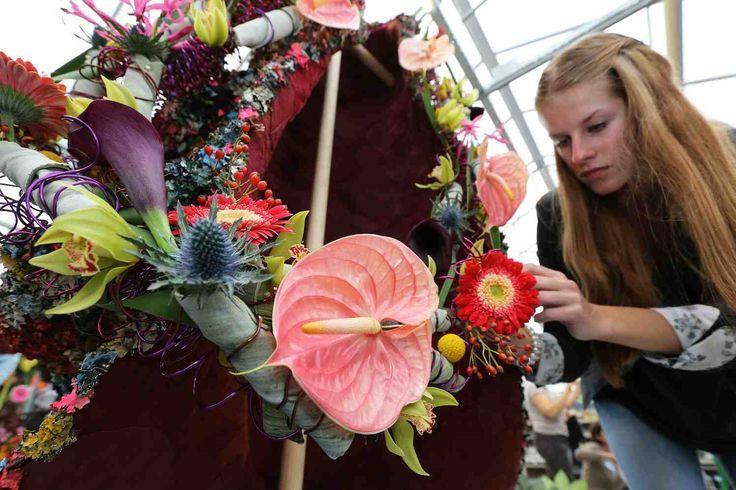 NIEUWEGEIN - Op vrijdag 6 oktober vindt het Nederlands Kampioen Bloemschikken plaats in de Beursfabriek in Nieuwegein. Tijdens het bloemenweekend (7 en 8 oktober) kun je alle bloemwerken bewonderen, genieten van inspirerende demonstraties en deelnemen aan bloemenworkshops. Het kampioenschap heeft als uitdagend thema 'Pikant' en wordt voor het 54e jaar op rij georganiseerd door vereniging