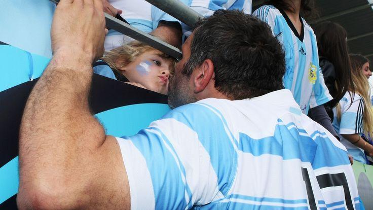 Jogador de rúgbi da seleção argentina mostra carinho pela torcedora mirim nas arquibancadas