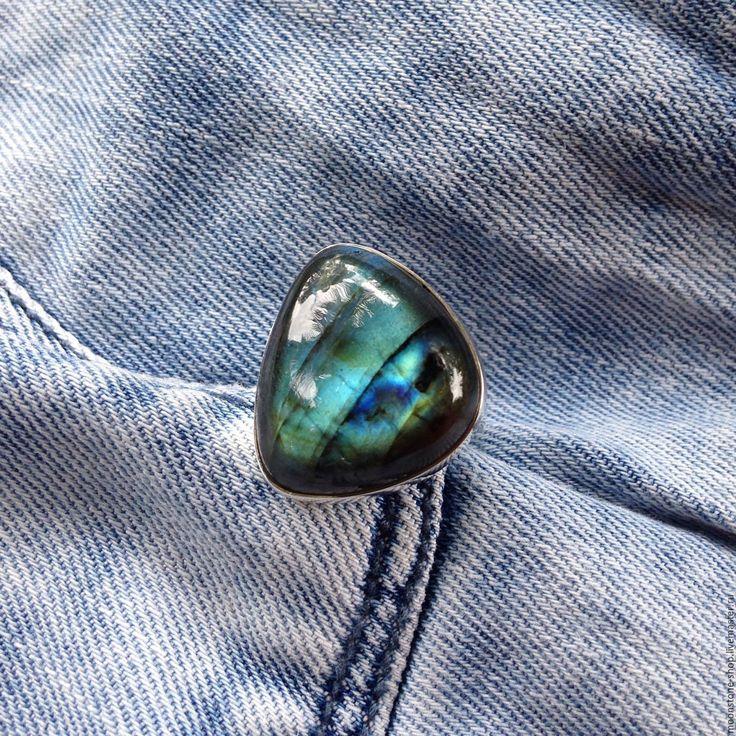 Купить или заказать Кольцо 'Голубой лабрадорит' в интернет-магазине на Ярмарке Мастеров. Красивое серебряное кольцо (925) с голубым лабрадором. Камень с рисунком, оригинальной формы. Фотографии без обработки! Размер камня 19х16х20, размер кольца16,5 Внимание! Украшения будут отправляться из Индии, где я буду находиться до февраля! Срок доставки около месяца. Стоимость доставки кольца 150р.