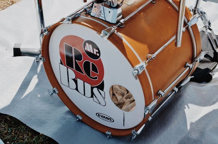 Andrea Bernardinello (Mr Rebus) - Fotografie di Chiara Arrigoni delle grancasse dei batteristi del Rockin' 1000 a Cesena, luglio 2015. Scopri le batterie... #drum #drumset #rockin1000 #cesena