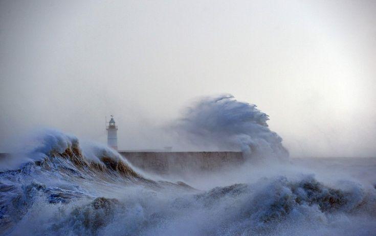 La bufera Imogen in Gb, vento a 150 km/h: l'effetto spettacolare sulle onde