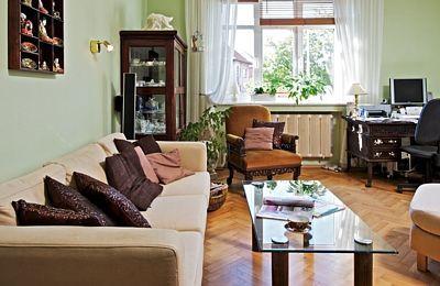 Pohovka nenásilně doplňuje starožitný nábytek, který manželé dostali na začátku společného života a uchovali si ho dodnes.