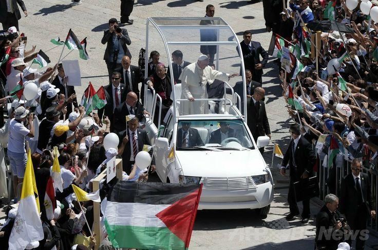 パレスチナ自治区ベツレヘム(Bethlehem)のマンガー広場(Manger Square)に白いオープンカーで到着し、車から群集に手を振るローマ・カトリック教会のフランシスコ(Francis)法王(2014年5月25日撮影)。(c)AFP/JACK GUEZ ▼25May2014AFP|中東歴訪中のローマ法王、ベツレヘム到着 http://www.afpbb.com/articles/-/3015852 #Bethlehem #Pope_Francis #Papa_Francisco #Papa_Francesco #البابا_فرنسيس