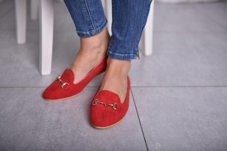 Klasyczne czerwone balerinki lordsy, lekkie i eleganckie.