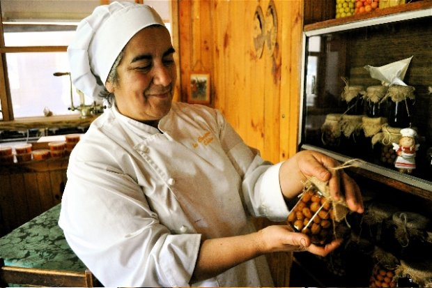 Elisa Cea Epuin mixes up traditional Mapuche foods with modern baked goods.