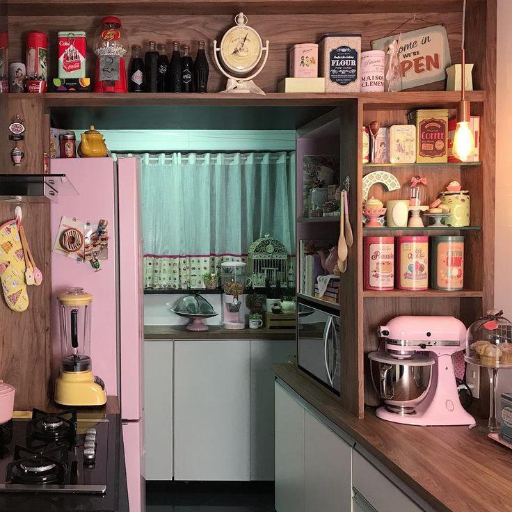 Vídeo gravado. Se der certo vai ao ar na quinta pq amanhã tem outro q vcs pediram muito. Inscreva-se no canal para não perder nadinha. Link aí na bio. E para ver mais fotos da minha cozinha antiga, das comprinhas e tal. Só clicar em #cozinhaspicyvanilla. . . . . #vintage #minhacozinha #cozinha #decoracao #decor #kitchen #pinkkitchen #retro #decoracao #decoracaoretro #geladeirarosa #inspiração #kitchenaid #pink #retrostyle #retrokitchen #homedecor #decorationideas #pinterestkitchen