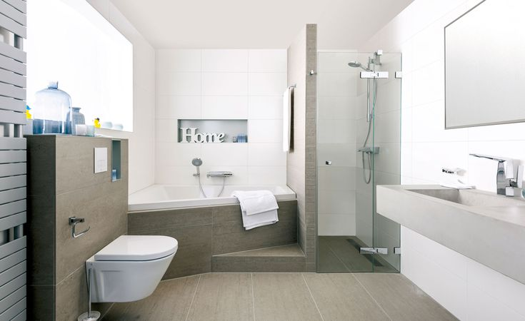 In deze badkamer voelt u zich al snel thuis. Aardetinten en strakke witte tegels…
