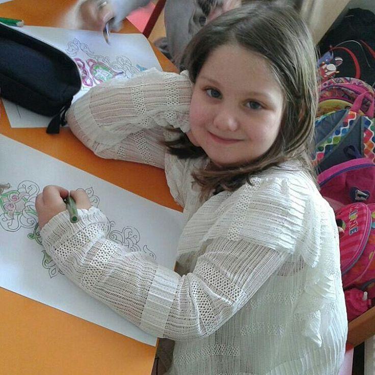 """Anaokulumuzda sanat eğitimi """"Tezhip Sanatı"""" Sanat, çocukların çevresi hakkındaki genel bilgisinin ve içsel dünyasının yansımasıdır.  Sanat eğitimi çocukların bireysel fikirlerini ve duygularını ifade edebilmelerine fırsat verir, estetik duygusunu geliştirir, İçinde yaşadığı toplumla kendisi arasındaki ilişkiyi anlayabilmesine ve toplumla iletişim kurabilmesine yardımcı olur. Yani çocukların kendilerini ve dünyayı anlama yetenekleri artar.  Sanatsal ilgileri erkenden gelişmiş, erken yaşlarda…"""