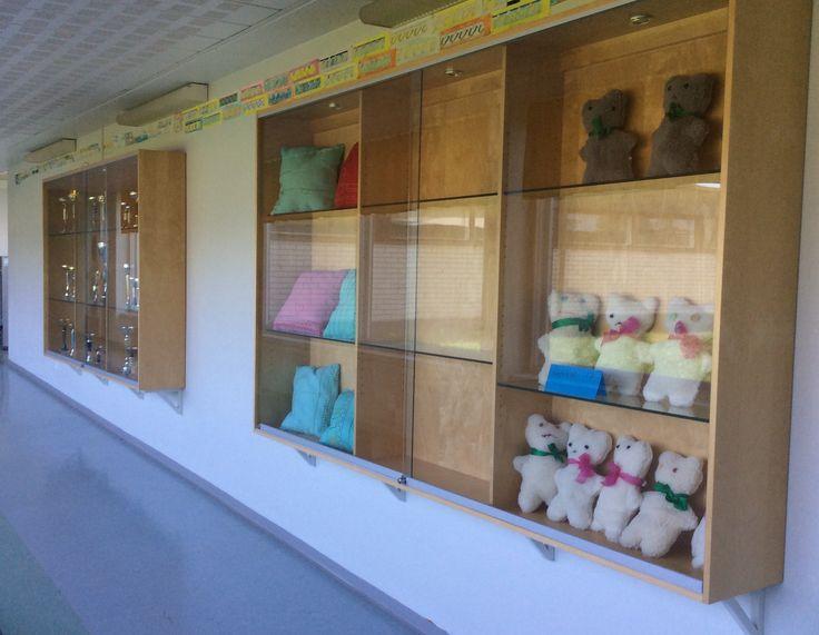 Näitä vitriinejä saimme kolme Keskuskoululta. Kiitos Mäkelän Timolle... Todella hienoja näyttelyn esillepanoon...
