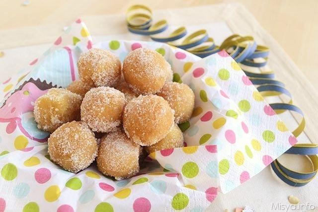 Le castagnole sono un dolce fritto tipico del Carnevale, originario dell'Emilia Romagna, che deve il proprio nome alla somiglianza della forma con le castagne. Ecco la versione