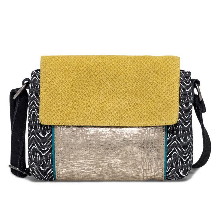 Sac bandoulière multicolore Un sac très pratique grâce à son petit format, mais aussi très original grâce à son mélange de couleurs et de matières. Son intérieur se divise en trois compartiments dont un zippé. L'un d'eux possède une poche zippée et une autre sans fermeture. Dimensions : 25*20*6 cm •#SHOESINMYLIFE On peut l'associer avec toutes nos tenues du quotidien.