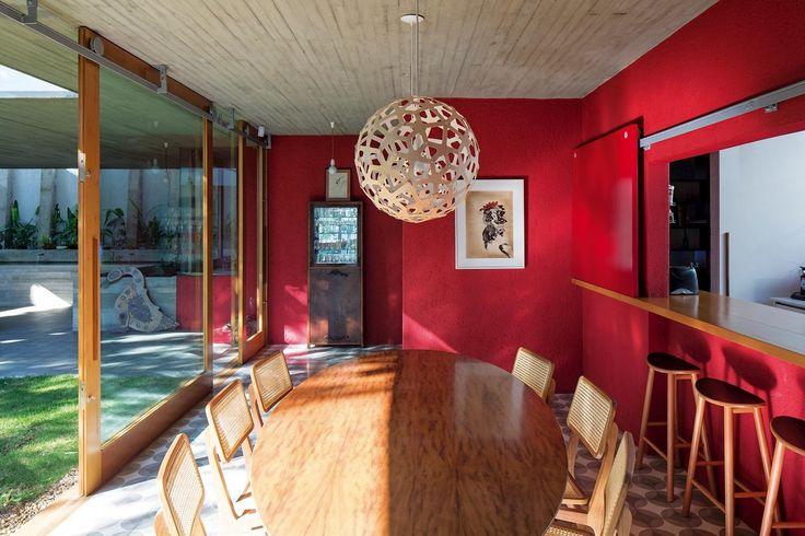 Paredes vermelhas e marquises dão identidade a casa charmosa em SP