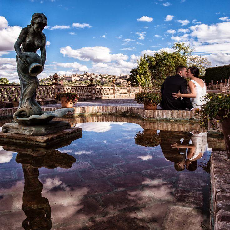 La Terraza del Río, el Casco Histórico de Toledo al fondo, el reflejo del cielo... ¡El momento perfecto para un beso de los recién casados!  #Cigarral #Toledo #Bodas