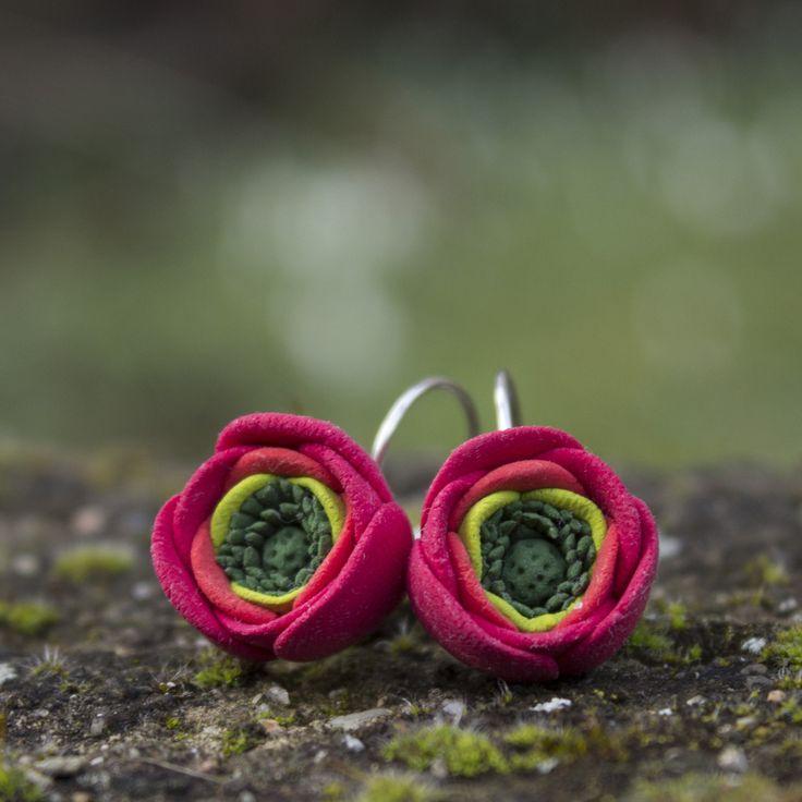 """Pryskyřník+asijský+Originální,+ručně+vyrobené+květy+jsou+nalepeny+kvalitním+CA-lepidlem+na+uzavíratelných+náušnicových+háčcích+stříbrné+barvy.+Průměr+květů+v+nejširším+místě+je+cca+1,5+cm.+Z+velikosti+však+díky+lehkosti+hmoty+nemusíte+mít+strach.+Květiny+jsou+vyrobené+z+velmi+lehké+polymerové+hmoty+Claycraft+by+Deco+se+sametovým+""""chlupatým""""+povrchem.+..."""
