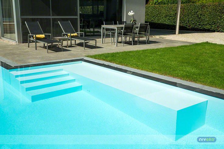 Med en pool från Niveko så får ni en pool som anpassad efter just era önskemål. Den tillverkas just efter era förutsättningar först efter att vi tillsammans har gått igenom era behov. Denna bilden visar en del av en pool där man har valt att placera en beach och trappa ner.