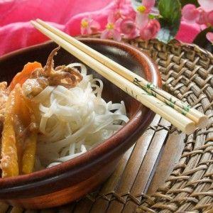Bucătăria vietnameză îmbină trăsături ale bucătăriei chinezeşti cu puternice inspiraţii tailandeze, indiene, budiste şi subtile influenţe ale bucătăriei colonizatorilor francezi. Reţetele bucătăriei vietnameze sunt nu numai delicioase ca gust, ci şi deosebit de estetice ca aspect vizual.