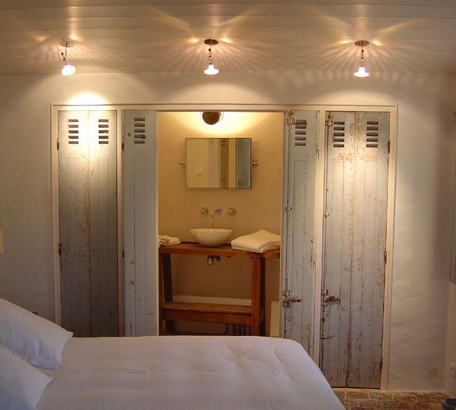 salle de bains avec persiennes servant de portes de placards et de sparation avec la chambre - Idee De Separation Salle De Bain