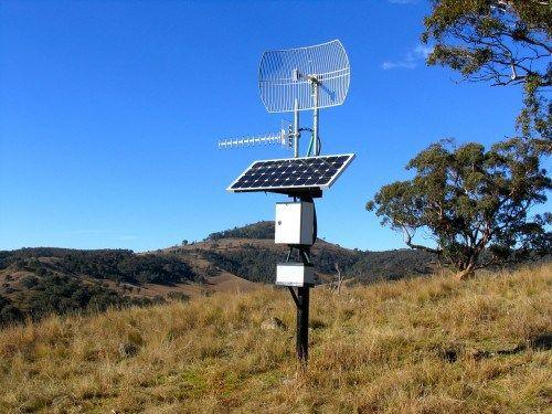 A horizontal ESTA apontando parágrafo antena uma torre de Telefonia celular Mais Próxima. Uma grande antena parabólica ESTA apontando parágrafo O Nosso w ...