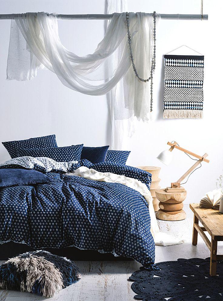 Un design australien signé Linen House chez Simons Maison. L'esprit artisanal dans la chambre à coucher avec un délicat motif tracé en contraste de blanc sur bleu, réversible dans un effet positif-négatif. Motif imprimé sur un pur coton lavé qui procure une douce texture. Cache-oreiller carré européen également disponible. L'ensemble comprend : Jumeau : 1 housse 66x90 pouces, 1 cache-oreiller 20x26 pouces Double : 1 housse 84x90 pouces, 2 cache-oreillers 20x26 pouces Grand format ...