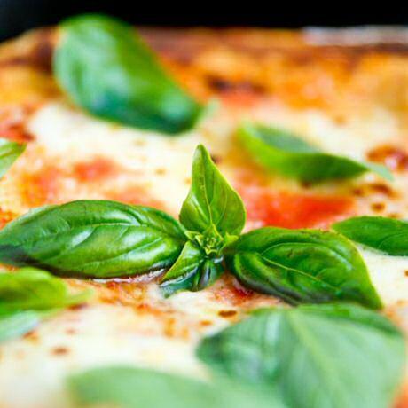 Recept om pizza margherita te maken met zelfgemaakt luchtig, krokant pizzadeeg met gist, water, bloem, zout en olijfolie