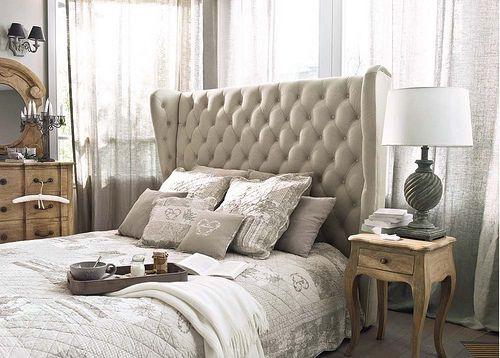 Slaapkamer in neutrale kleuren. Prachtig bed!