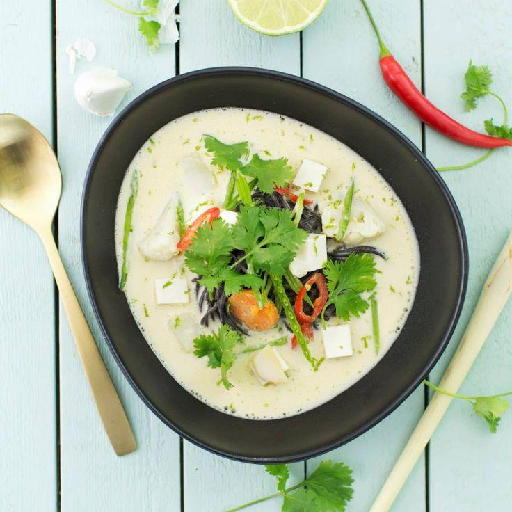 En exotisk och god soppa, kallas för thailändsk kokosmjölksoppa med silkestofu och blomkål. #vegeterian