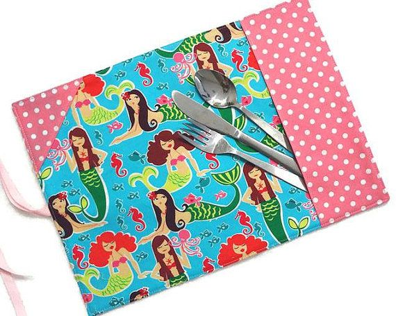 Girl roll up placemat with ustensil section, #mermaids beauties, #dots, pink and aqua, kid placemat - By  #mylittlepoppyseed sur Etsy - Bienvenue dans ma page Facebook et dans ma boutique Etsy!  https://www.facebook.com/MyLittlePoppySeedCreations  https://www.etsy.com/shop/mylittlepoppyseed