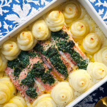 Ugnsbakad lax med örtsmör tillagas i form tillsammans med potatismos. Servera med krispiga haricots verts! Recept på denna smarriga lax finns på Tasteline!