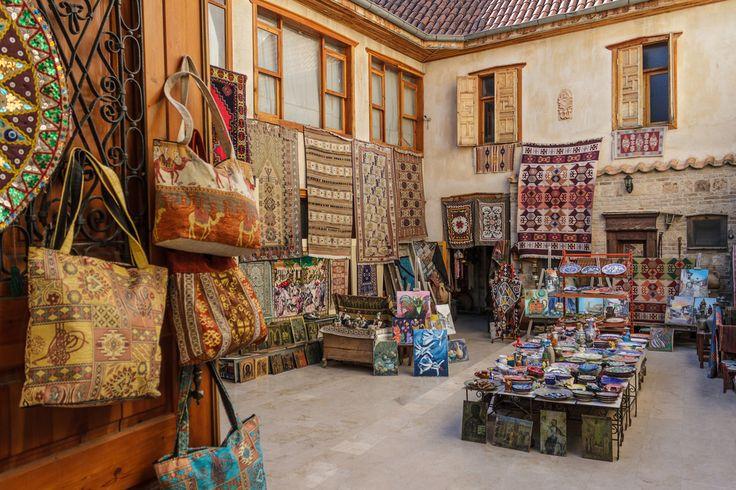 Antalya seyahatinizde tarihi ve doğal güzellikleri ziyaretleriniz arasında yerel ürünler için alışverişe de zaman ayırmalısınız. Şehrin kök boyasıyla boyanan dünyaca ünlü Döşemealtı halılarını mutlaka görmelisiniz.